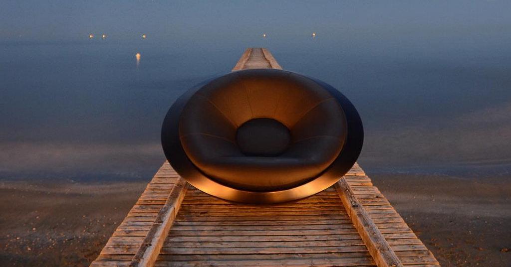 Fotoliul-balansoar UFO arata ca o farfurie zburatoare