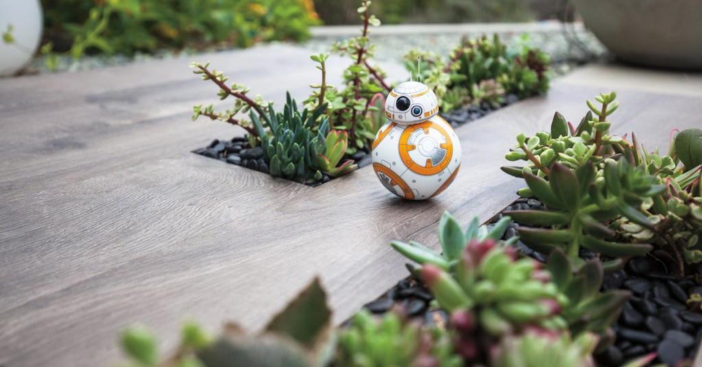 Exploreaza galaxia cu robotul Sphero BB-8