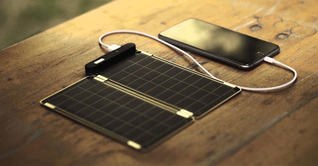 Modelul de incarcator solar Yolk este indispensabil la drum