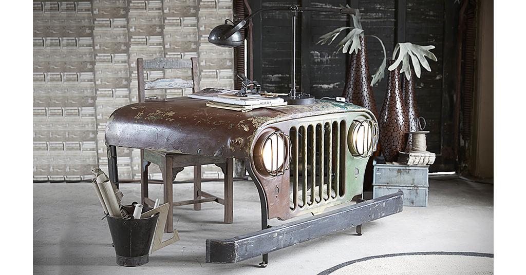 Canett Jeep Desk este masa realizata dintr-o capota de Jeep